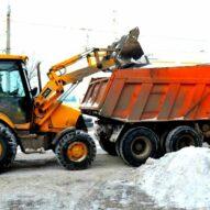 Погрузка снега на территории